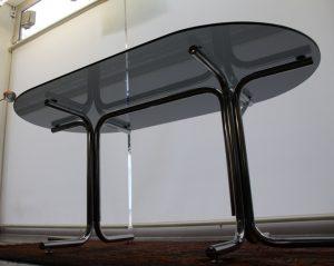 Mesa de acero y cristal ahumado