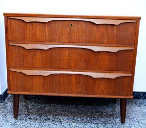 cómoda de teca. mueble antiguo