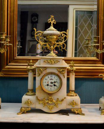 reloj antiguo de mesa y candelabros